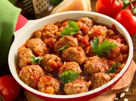 Печени канелени свински кюфтенца в доматен сос в тава на фурна - снимка на рецептата